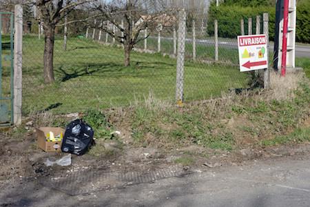 Même après le déplacement de l'espace poubelles à l'intersection de la route de Lascrozes et la D661 des gens sont d'une inconscience absolue!!
